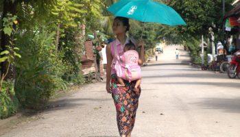 Frau mit Baby und Schirm
